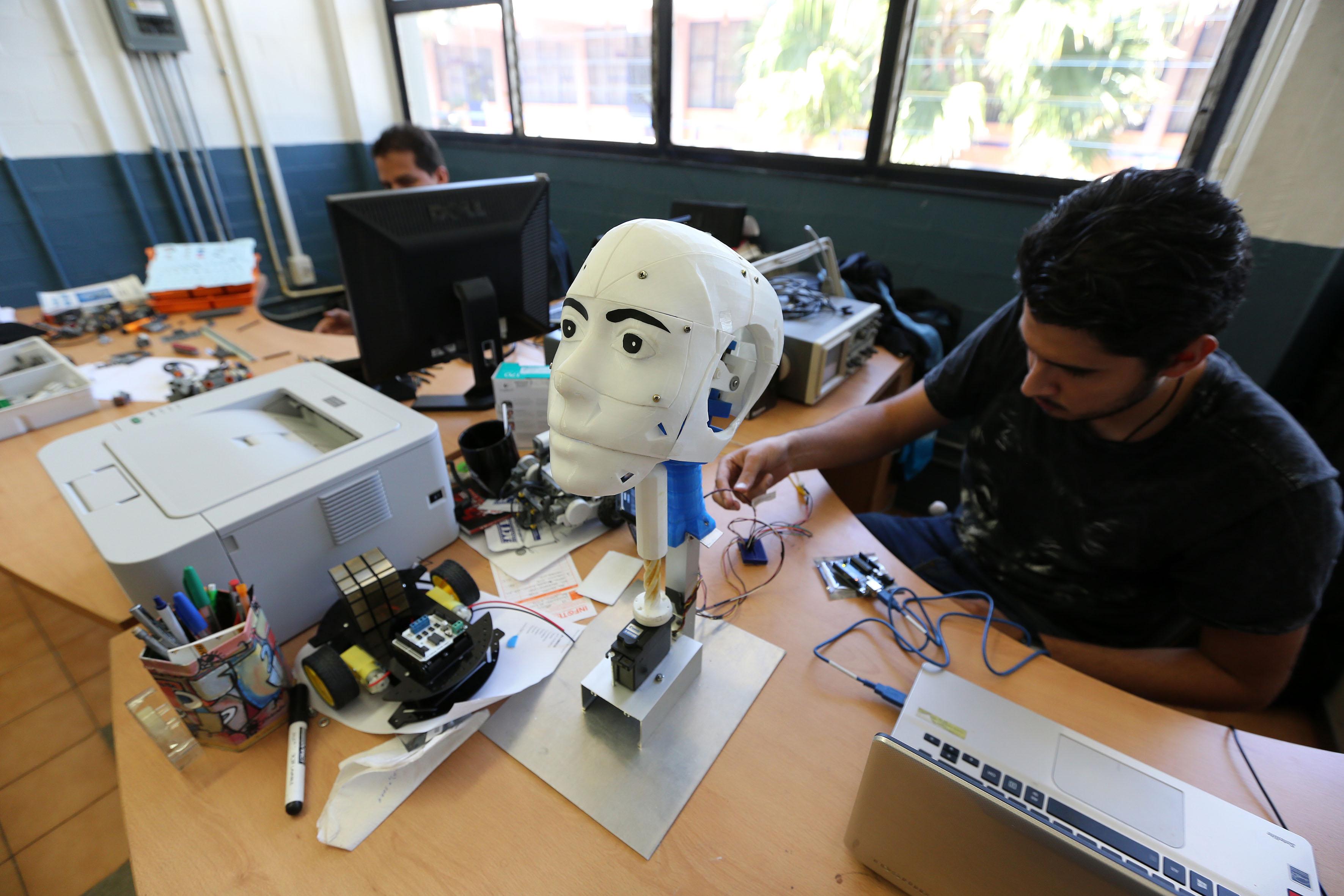 Programador, manipulando los sensores y microcontroladores de un robot para crear movimiento.