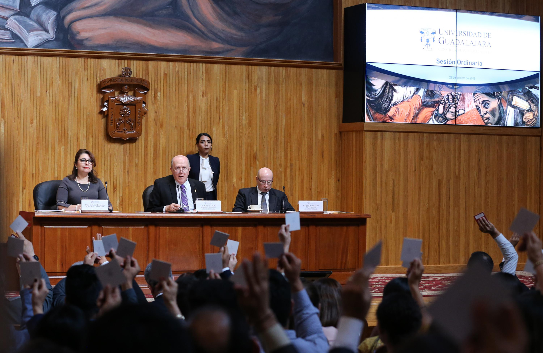 Rector General de la UdeG, haciendo uso de la palabra en inicio de Sesión Ordinaria del Consejo General Universitario; con presídium del Vicerrector Ejecutivo y Secretario General.