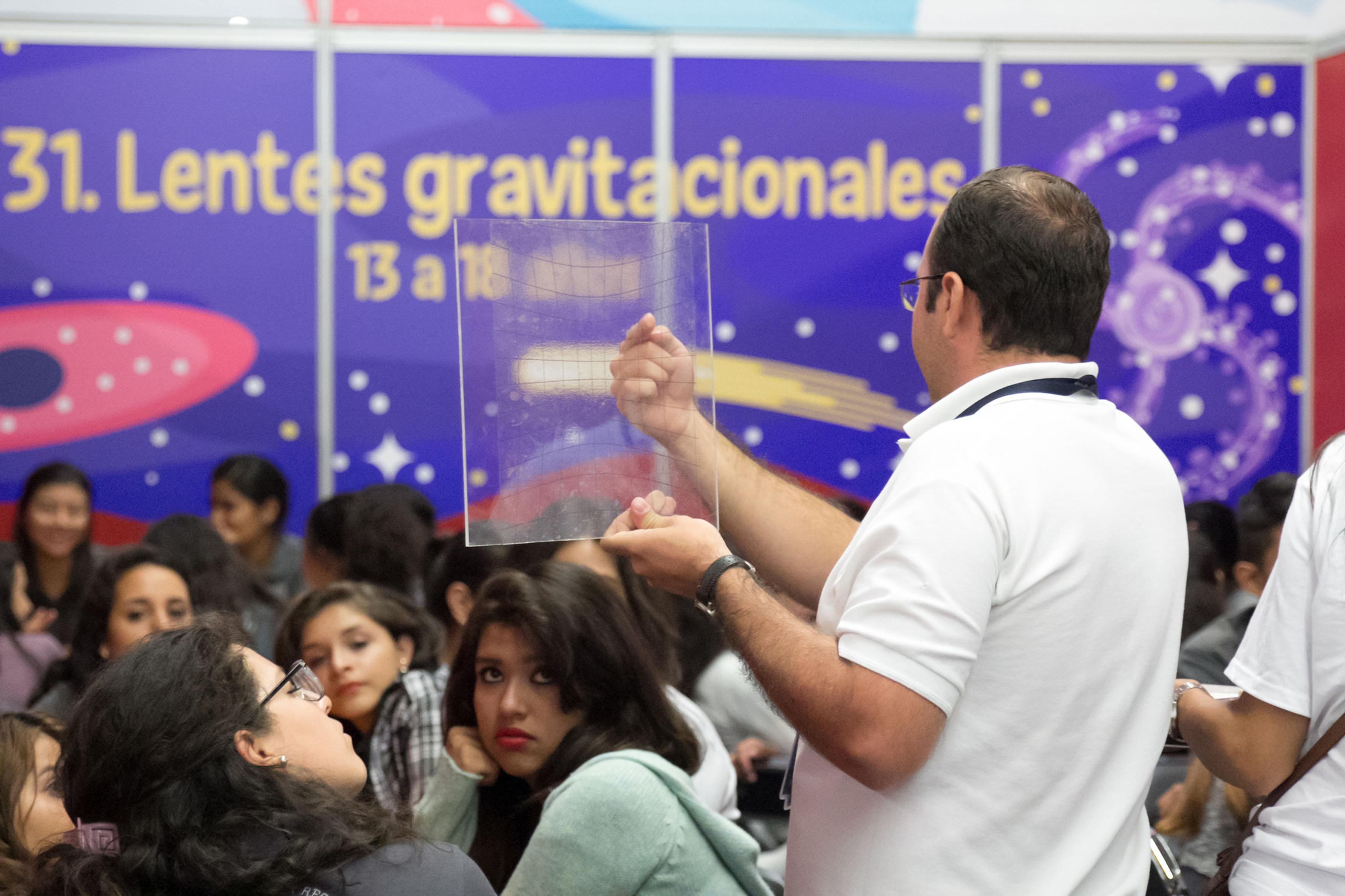 Niños participando en el taller lentes gravitacionales en Papirolas 2016