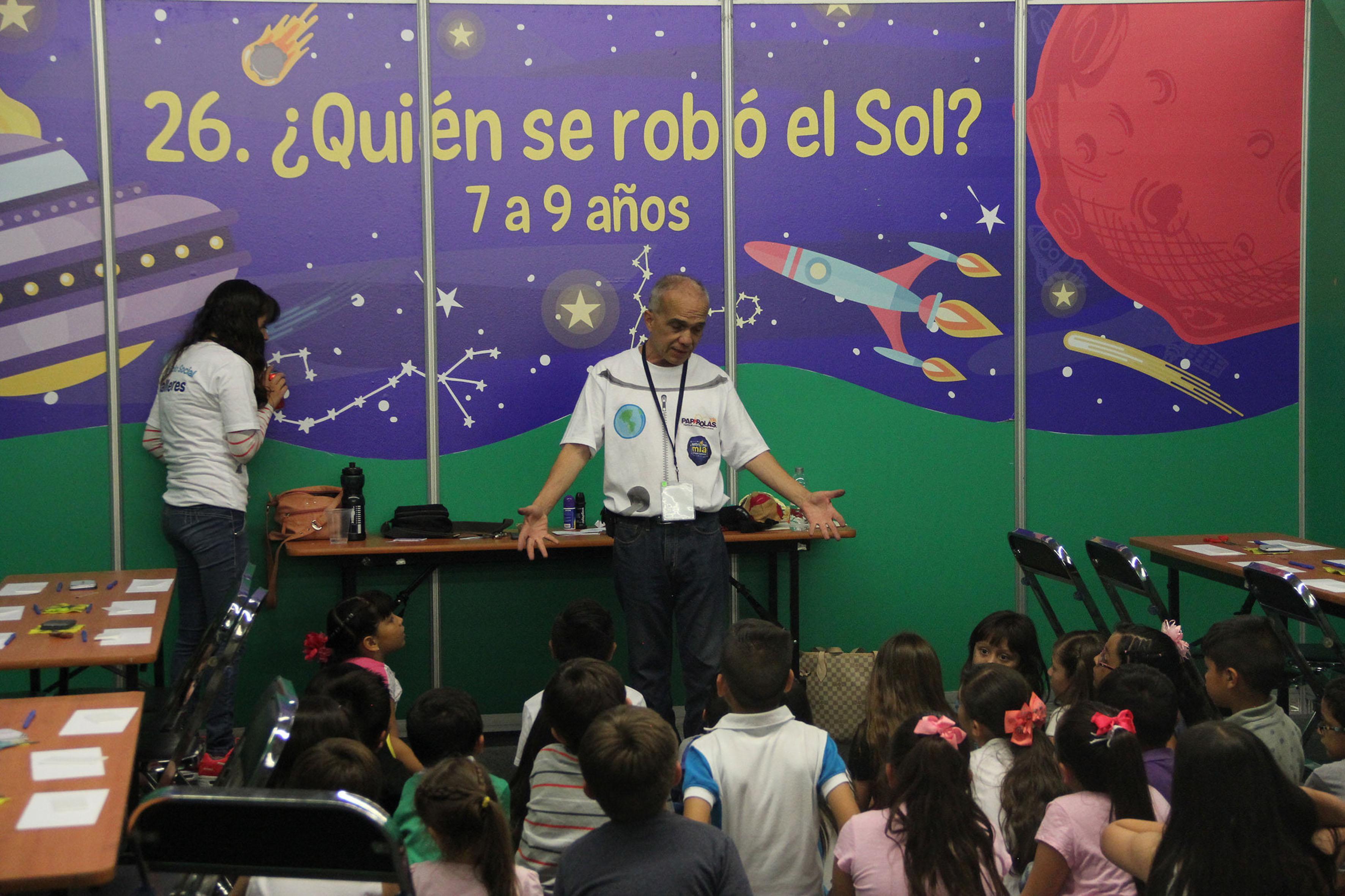 Niños participando en el taller ¿Quien se robo el sol? en Papirolas 2016
