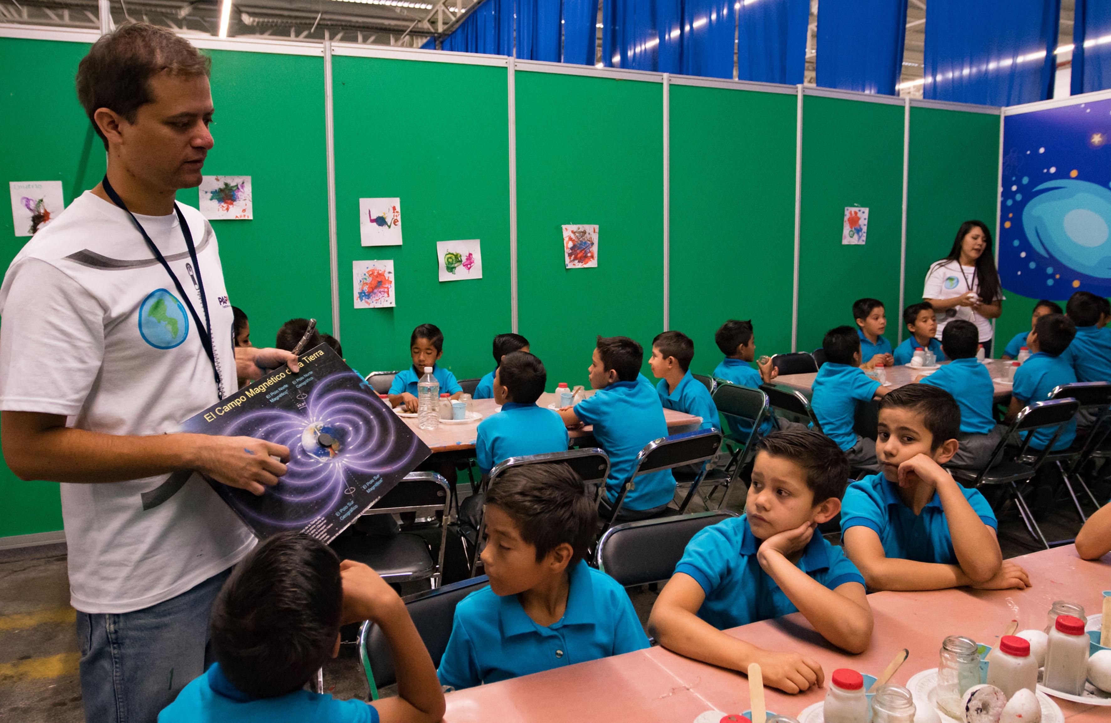 Niños participando en el taller universo magnetico en Papirolas 2016