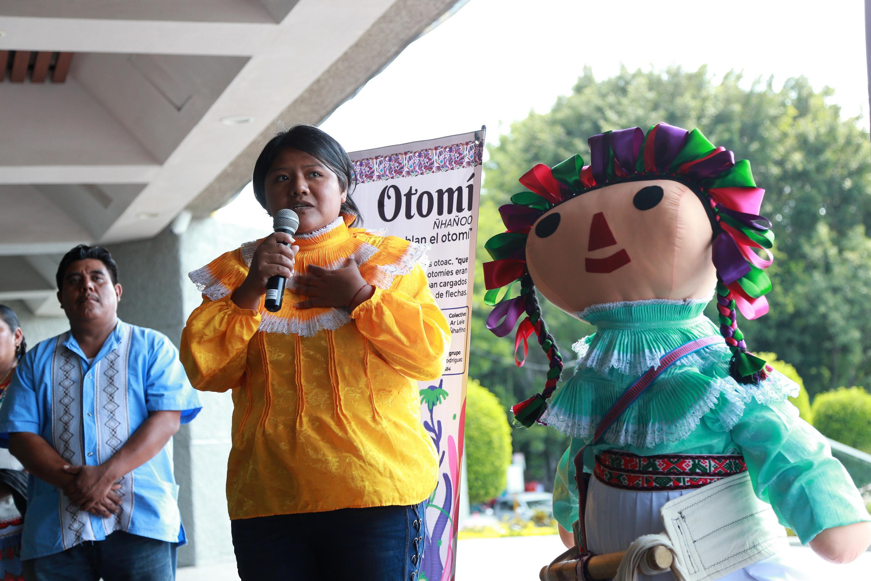 Elizabeth Valdez Aguilar, integrante del grupo otomí Hi no B edi ma T'edi. Rescate del Telar de Cintura, explica el atuendo de la muñeca otomí