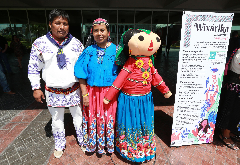 Cada una de las muñecas fue creada por cuatro artesanos que confeccionaron sus atuendos representativos