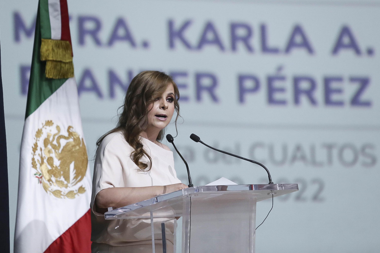 Rectora del Centro Universitario de los Altos (CUAltos), maestra Karla Alejandrina Planter Pérez, desde el podio haciendo uso de la voz