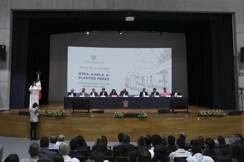 Autoridades universitarias y municipales, participando en la ceremonia, como miembros del presídium