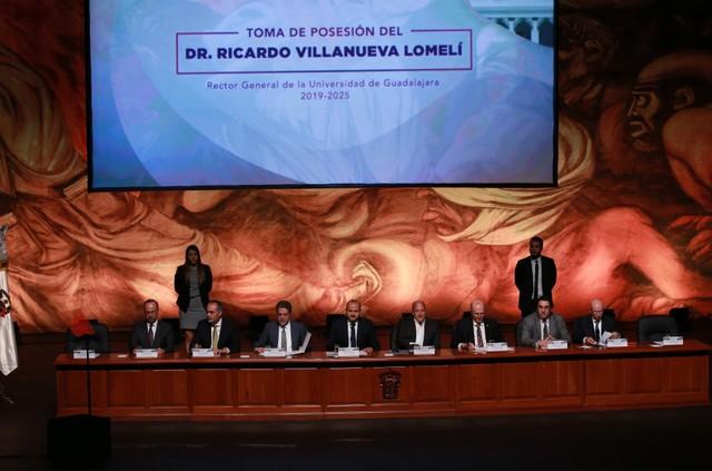 Autoridades universitarias, estatales, federales y municipales, participando en la toma de posesión del doctor Ricardo Villanueva Lomelí, como Rector General de la Universidad de Guadalajara