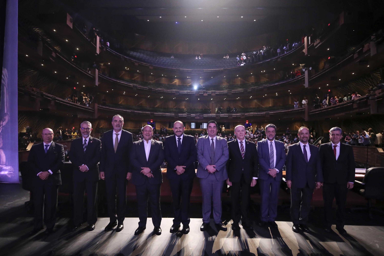 Autoridades Universitarias y de Gobierno, posando para toma de fotografía en el escenario del Conjunto Santander de Artes Escénicas