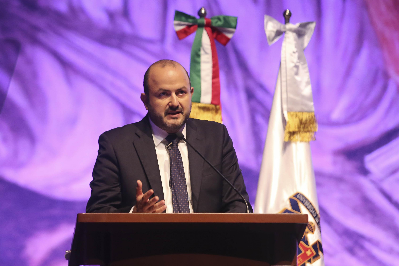 El Rector General de la Universidad de Guadalajara (UdeG), doctor Ricardo Villanueva Lomelí, haciendo uso de la voz desde el presídium