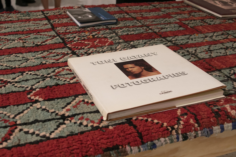 """Un ejemplar del libro """"Fotografies"""" del fotógrafo español Toni Catany."""