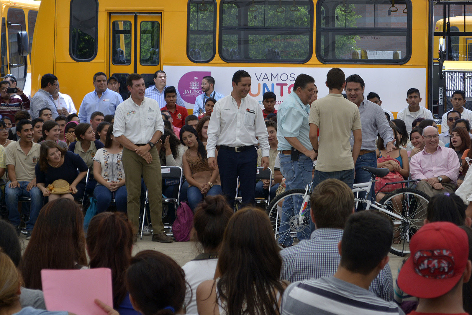 Mtro. Jorge Aristóteles Sandoval entregan autobuses y bicicletas para estudiantes de CUCSur