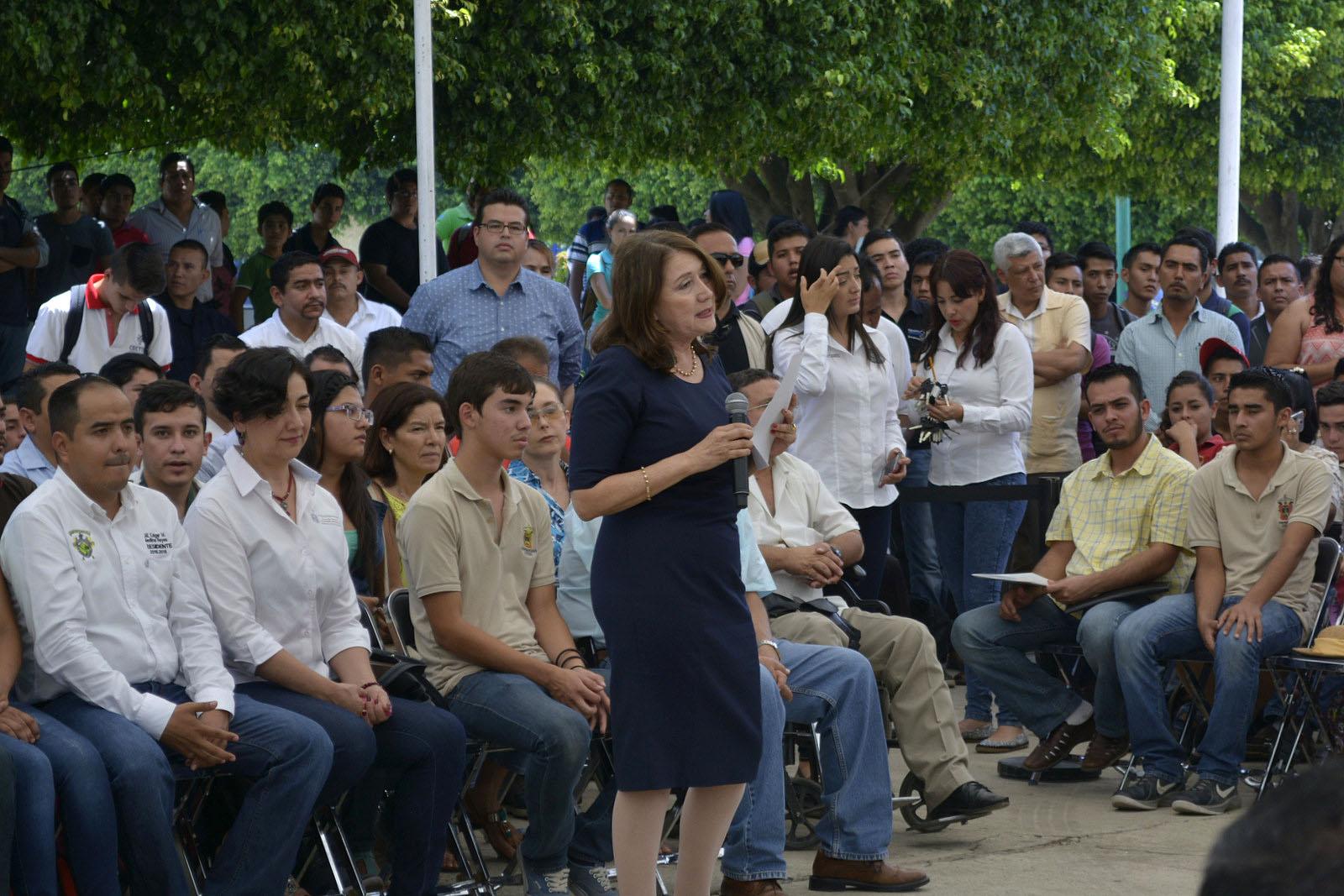 La doctora Lilia Victoria Oliver Sánchez haciendo uso de la voz