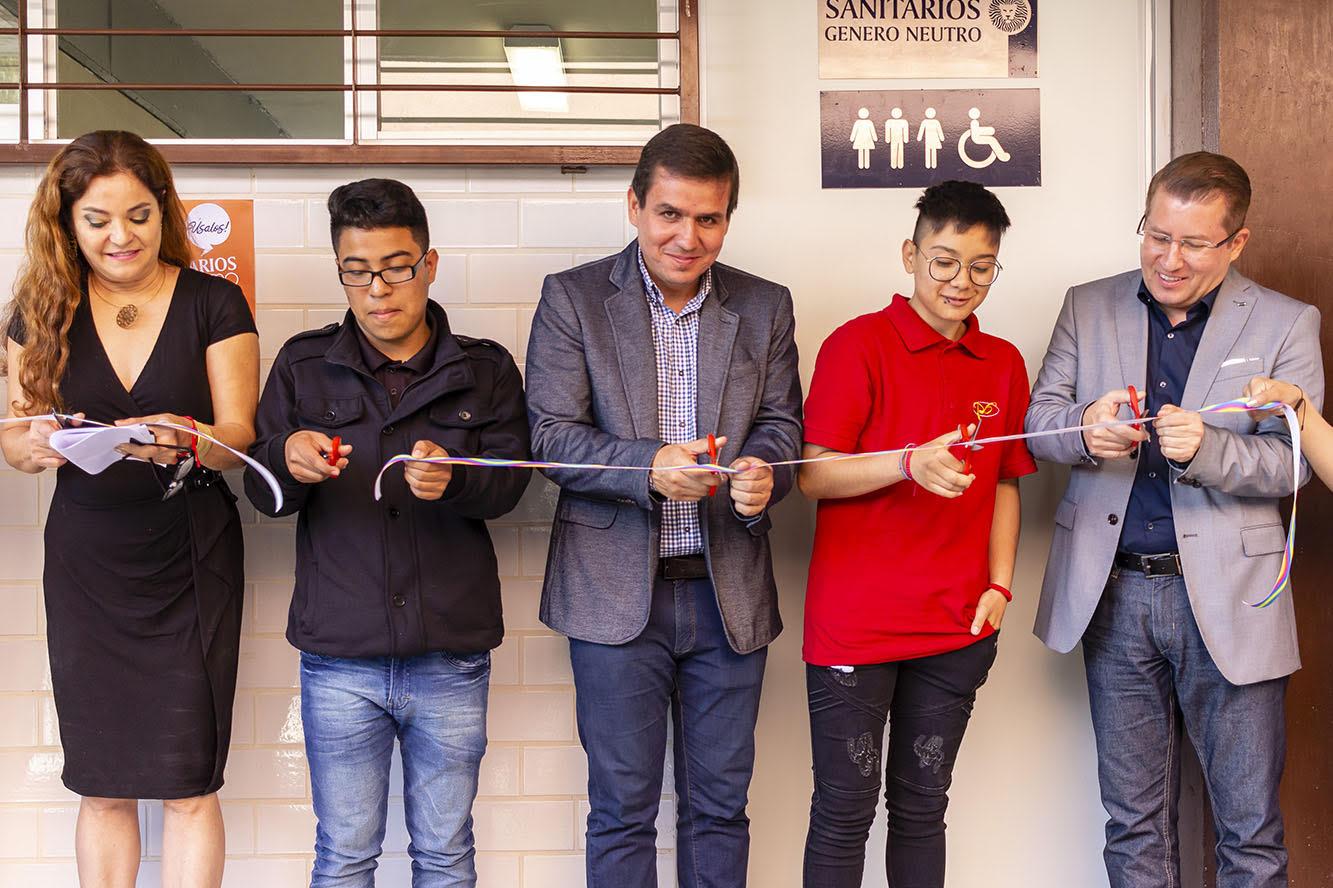 Inauguración de sanitarios de género neutro por autoridades universitarias y estudiantes de la Preparatoria 6 de la Universidad de Guadalajara (UdeG)