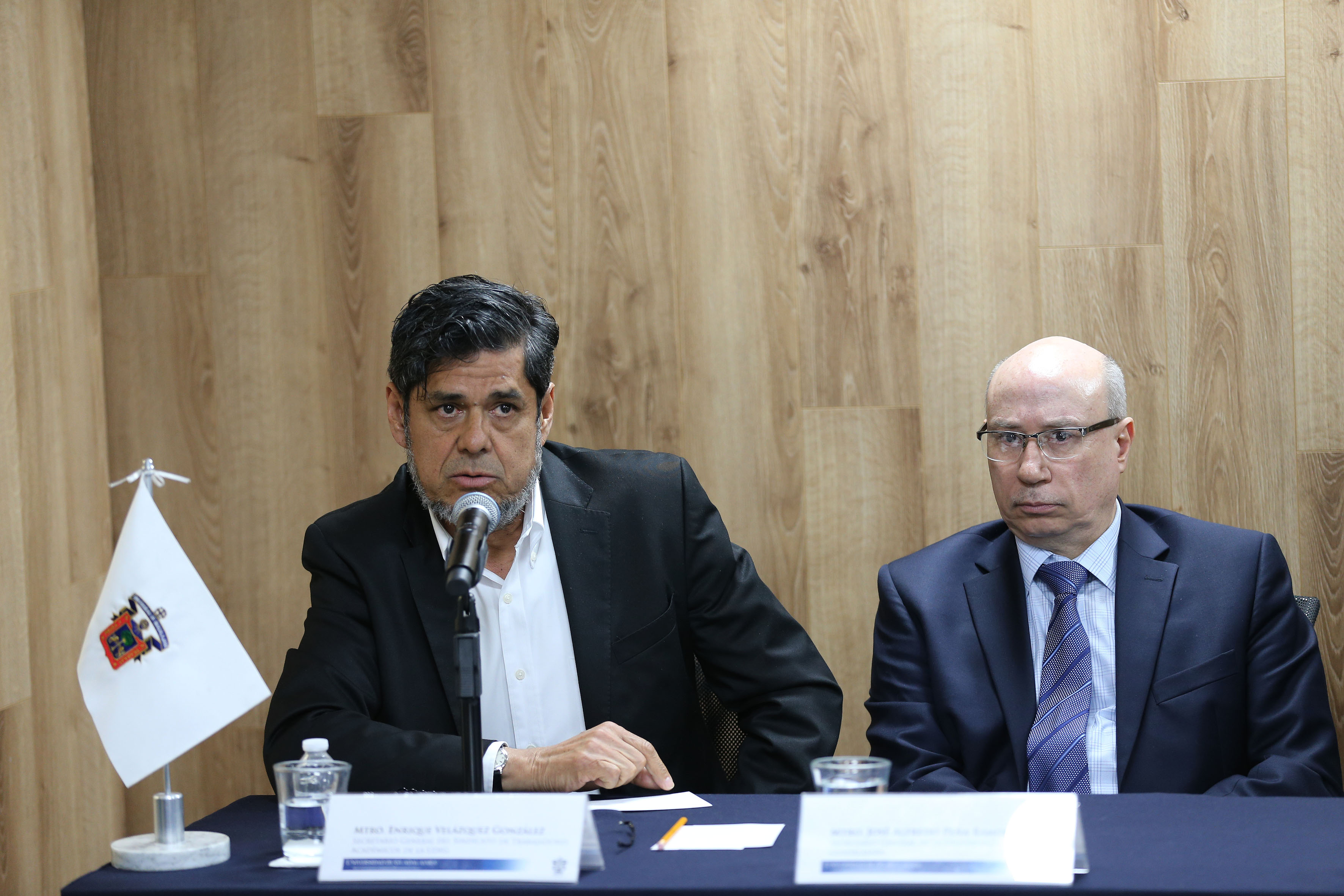 Licenciado Jesús Palafox Yáñez, Representante del Sindicato de Trabajadores Académicos de la UdeG (STAUdeG), frente al micrófono.