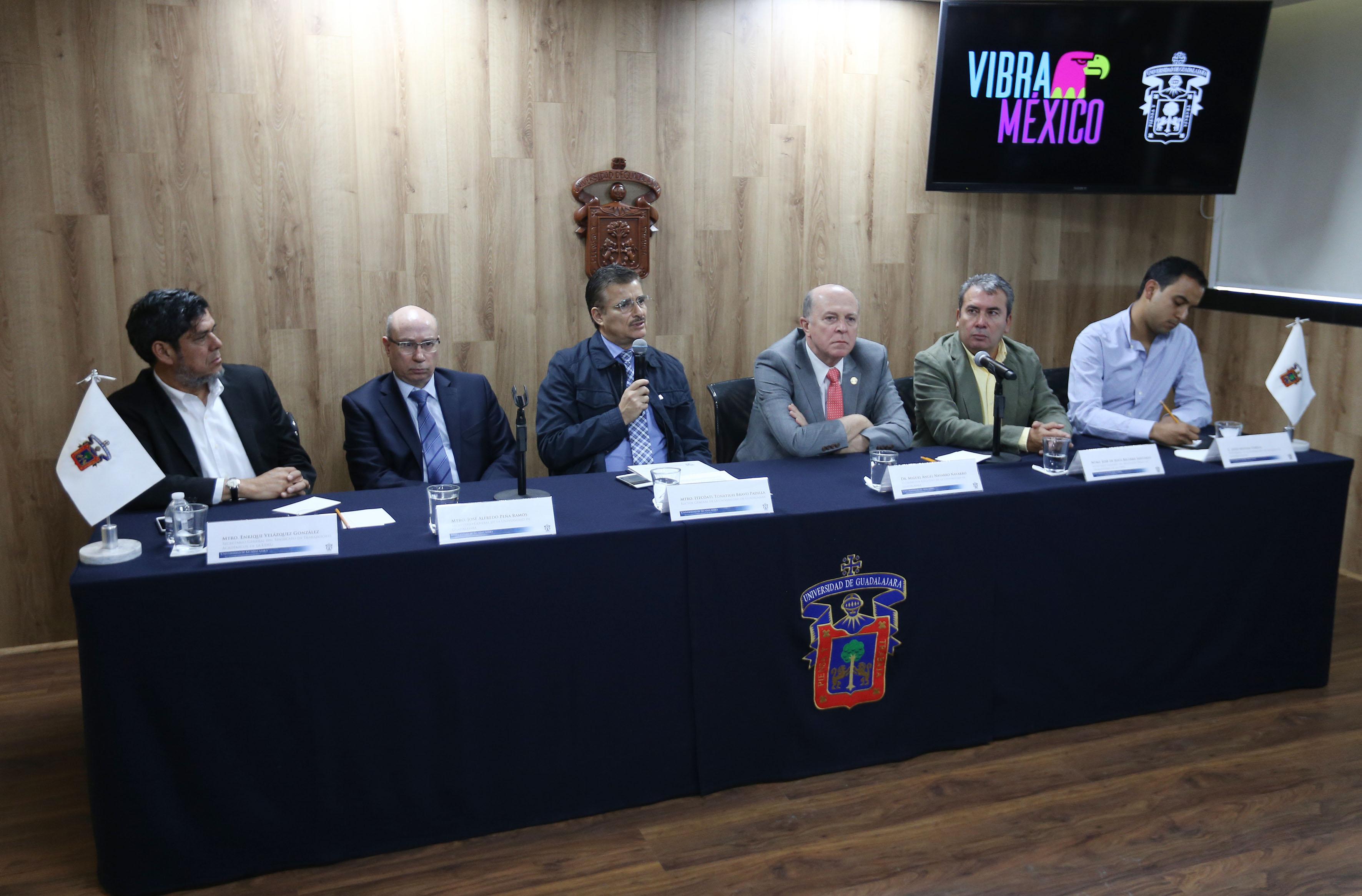 Autoridades de la Universidad de Guadalajara (UdeG), gremios de académicos, trabajadores y estudiantes, participando en rueda de prensa.