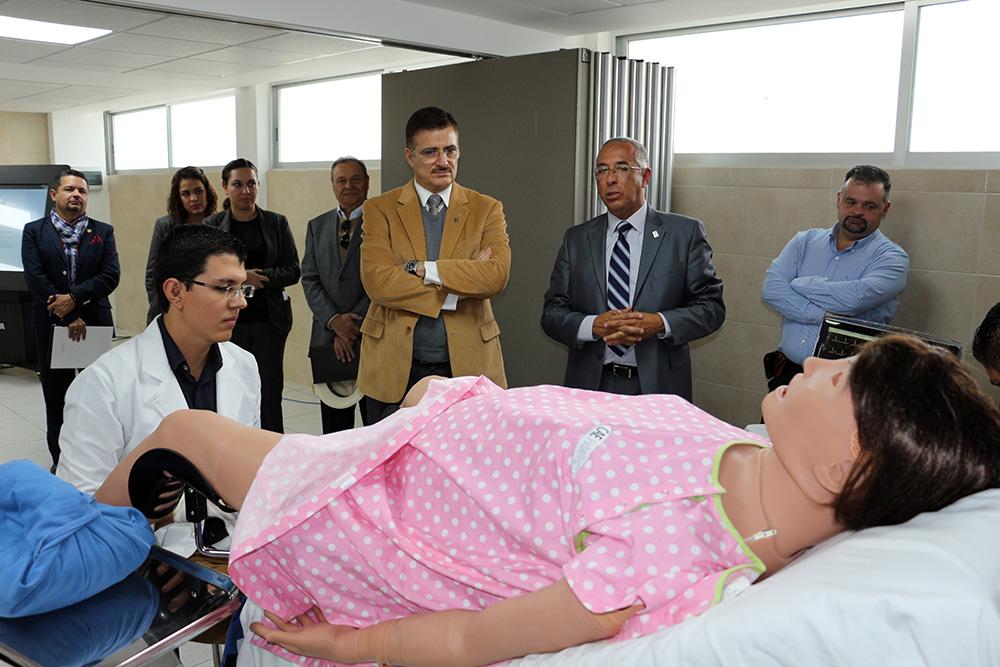 Mtro Itzcóatl Tonatiuh Bravo Padilla y el  maestro Ricardo Xicoténcatl García Cauzor  visitando la unidad de simuladores clínicos