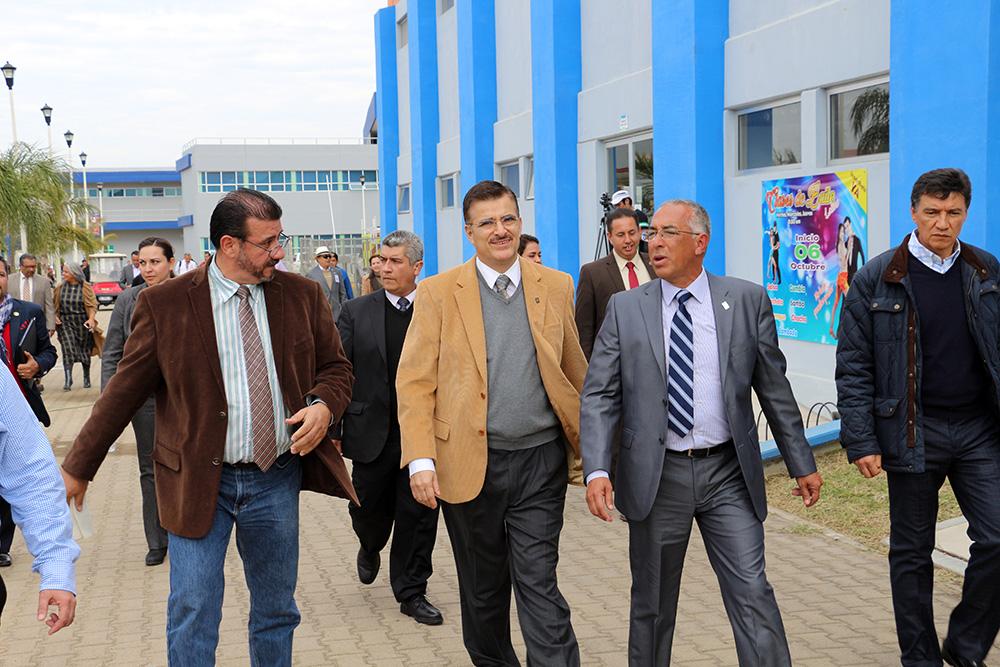 Mtro Itzcóatl Tonatiuh Bravo Padilla y el  maestro Ricardo Xicoténcatl García Cauzor   recorriendo las instalaciones del CUSUR