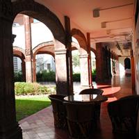 Jardín del centro de ciencias biológicas, rodeado de un pasillo dividido por arcos