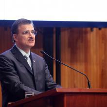 Maestro Itzcóatl Tonatiuh Bravo Padilla, Rector General de la Universidad de Guadalajara, haciendo uso de la palabra, desde el podio.