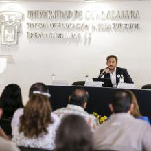 Maestro Víctor González Quintanilla, miembro adscrito al Museo de Ciencias Ambientales de la Universidad de Guadalajara, impartiendo conferencia.