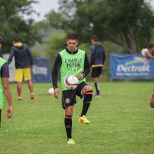 Futbolistas de Leones Negros entrenando