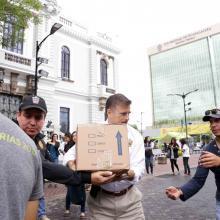 Rector General de la Universidad de Guadalajara, maestro Itzcóatl Tonatiuh Bravo Padilla, en la Rambla Cataluña; ayudando a cargar el camion de víveres y textiles, medicamentos y artículos utilitarios.