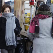 Señoras muy abrigadas caminando por la calle