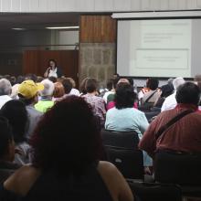 """La historiadora Ana María de la O Castellanos Pinzón, impartiendo la conferencia inaugural """"Memorias y retorno de los migrantes jubilados"""", a los adultos mayores que iniciaron nuevo ciclo escolar en el Sistema Universitario."""