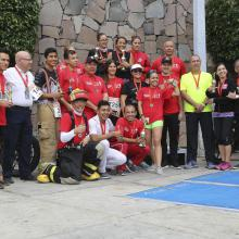 Fotografía con todos los ganadores de la tercer carrera vertical mostrando sus medallas