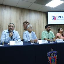 Académicos y la mamá de la menor en la rueda de prensa para informar la participación de especialistas de este Centro en la elaboración de una prótesis infantil para un brazo