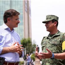 Rector General, maestro Itzcóatl Tonatiuh Bravo Padilla y el Coronel de Infantería, D.E.M. Alfredo Montiel Godínez, subjefe del Estado Mayor de la V Región Militar; en la Rambla Cataluña, manteniendo una conversación.