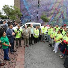 Rector General de la Universidad de Guadalajara, maestro Itzcóatl Tonatiuh Bravo Padilla, reunido con brigadistas en la Rambla Cataluna y con micrófono en mano, haciendo uso de la palabra.