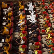 """Universidad de Guadalajara (UdeG) entregó el reconocimiento al servicio social """"Irene Robledo"""" a brigadistas que acudieron a brindar apoyo médico o de rescate a las zonas afectadas por los sismos de septiembre, así como a empresarios que brindaron apoyos externos, acciones enmarcadas en el Plan UdeG Emergencia Nacional."""