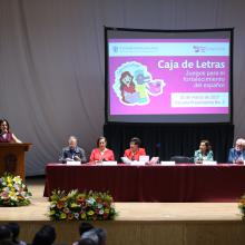 Títular de la Coordinación de Innovación Educativa y Pregrado, doctora Patricia Rosas Chávez; en podium del auditorio de la preparatoria 2, haciendo uso de la palabra.