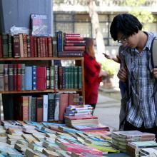 Estudiantes participando en la feria del Feria del Libro Usado en CUCSH