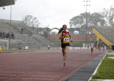 Estudiante de bachiller, teniendo una competencia de atletismo.