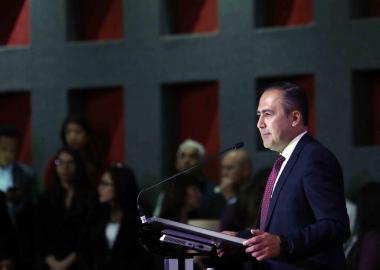 Doctor Jaime F. Andrade Villanueva rector del CUCS durante la presentacion de su informe