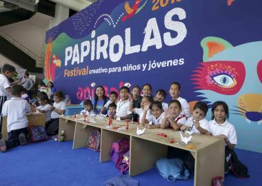 Estand con niños durante el Festival Papirolas 2019.
