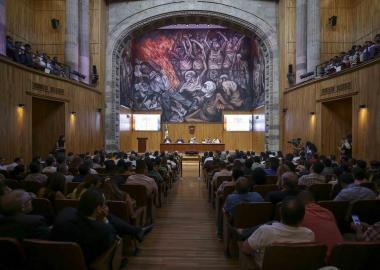 Reunidos en el Paraninfo Enrique Díaz de León, de la Universidad de Guadalajara, intelectuales y académicos.