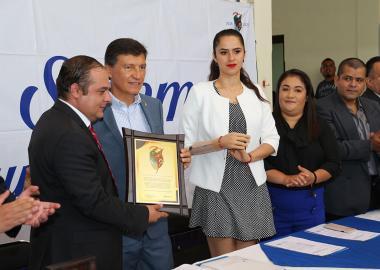 En sesión solemne, el Ayuntamiento de Zapotiltic, Jalisco, a través de su alcalde, entregó un reconocimiento al Centro Universitario del Sur (CUSur)