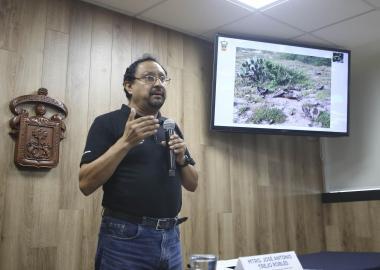 El académico del Centro Universitario de la Costa Sur (CUCSur), de la Universidad de Guadalajara (UdeG),el maestro José Antonio Trejo Robles, en rueda de prensa