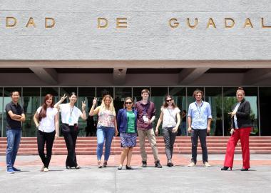 Coordinadores y personal de idiomas de diversos países en la explanada del Edificio de Rectoría de la UdeG.