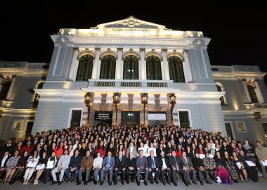 Fotografía de los 294 estudiantes con los mejores promedios, egresados del calendario escolar 2017-A, la noche de este lunes 11 de diciembre en el Paraninfo Enrique Díaz de León.