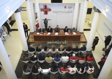 Vista superior de la ceremonia de entrega de donativo a la Cruz Roja