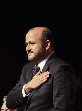 El doctor Ricardo Villanueva Lomelí, Rector General de la Universidad de Guadalajara, haciendo un gesto de agradecimiento, con la mano en el pecho