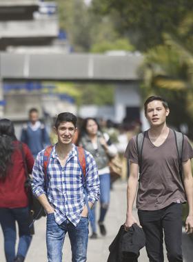 Jóvenes caminando por instalaciones universitarias
