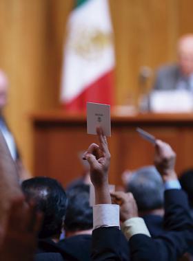 Miembros  de consejo votando en Sesión extraordinaria
